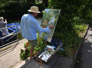 The Big Picture: Artist Nick Botting painting a river scene at Boulters Lock by Ian Longthorne